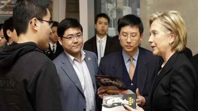 Menlu Hillary Clinton berbincang dengan mahasiswa China di Beijing