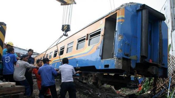 Gerbong Kereta Api Dievakuasi
