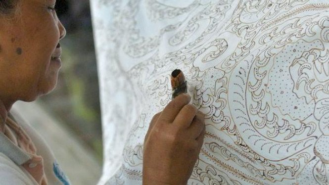 Perajin batik menyelesaikan pembuatan batik tulis khas Tegal.