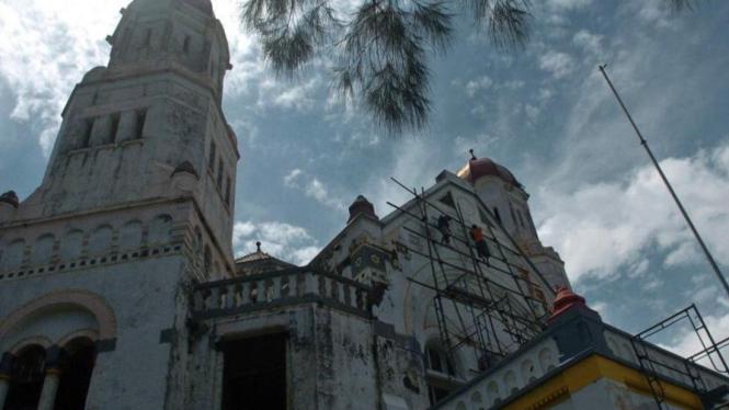 Dinding gedung bersejarah Lawang Sewu, Semarang, dicat