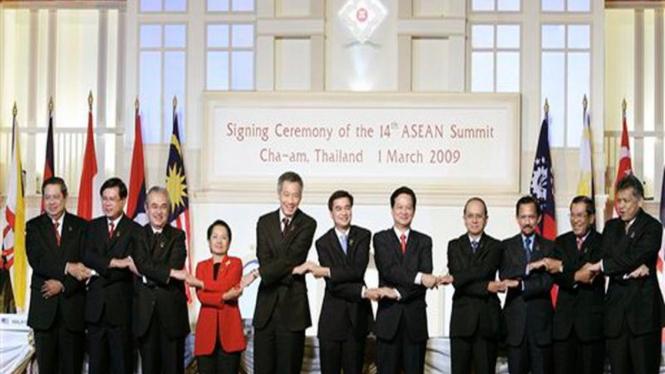 Jabat tangan khas para pemimpin ASEAN dalam KTT di Cha-am, Thailand