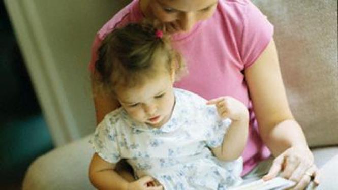 Membacakan buku pada anak usia batita