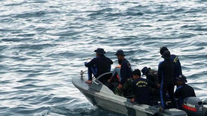 TNI AL melakukan penyisiran korban tabrakan kapal di perairan Kepulauan Seribu