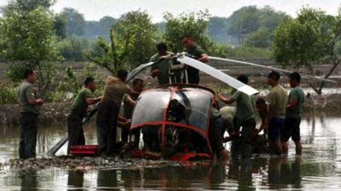 Petugas mengevakuasi helikopter Hughes C300 HL 4098