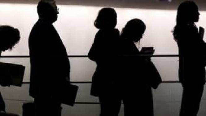 Sejumlah pencari kerja sedang antre di bursa kerja.