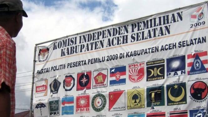 Baliho partai peserta Pemilu di Kabupaten Aceh Selatan