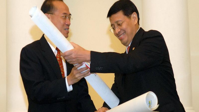 Menlu Indonesia Hassan Wirajuda (kanan) dan Menlu Singapura, George Yeo