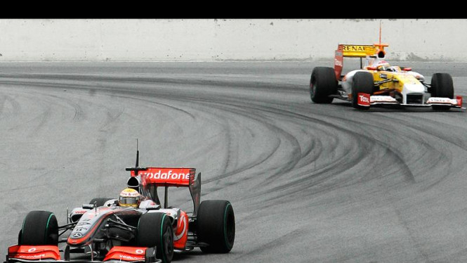 Lewis Hamilton (depan) dan Fernando Alonso