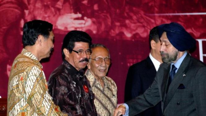 Sintong Panjaitan (kacamata dan batik hitam) berjabat tangan dengan HS Dillon.