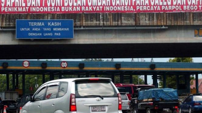 Spanduk menyindir Pemilu dan Pemilihan Presiden di pintu tol Bogor