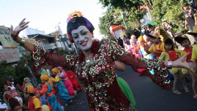 Seniman Didik Nini Thowok menari di Malioboro Yogyakarta