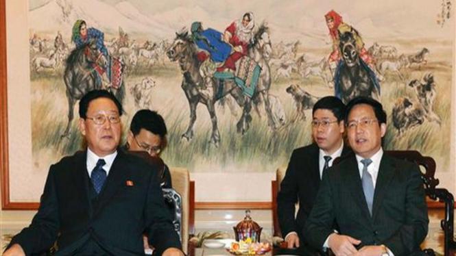 PM Korut,  Kim Yong Il (kiri), dan Asisten Menlu China, Hu Zhengyue