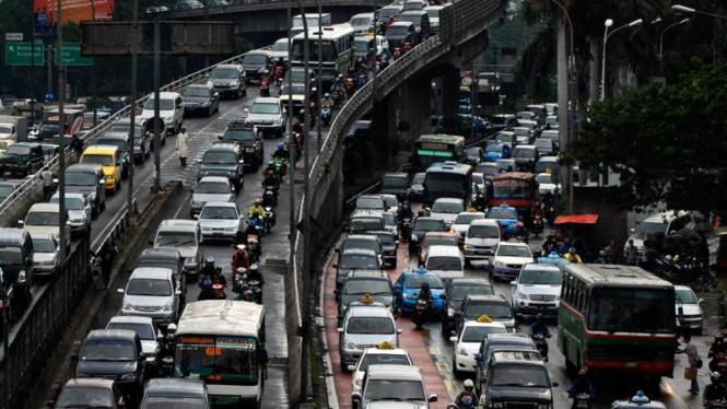 Arus Lalu Lintas Macet di Jalan Gatot Subroto