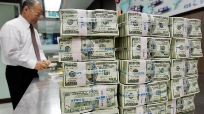 Nasabah menukar uang dolar di Bank Korea, Seoul