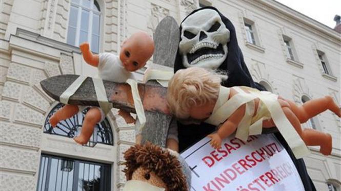 Unjuk rasa keprihatinan atas kasus inses dan perkosaan anak kandung di Austria