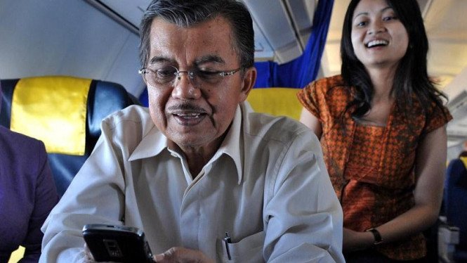 Jusuf Kalla menggunakan Blackberry disaksikan putrinya, Chairani