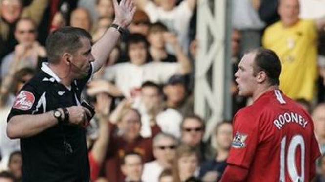 Wayne Rooney diusir wasit Phil Dowd
