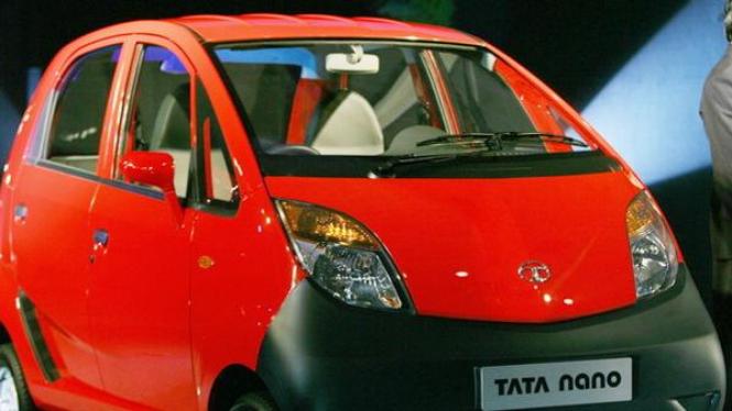 Tata Nano, mobil super murah a la India tengah dipamerkan.
