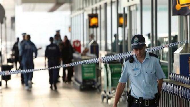Polisi memeriksa lokasi tawuran di Bandar Udara Sydney, Australia