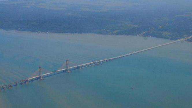 Jembatan terpanjang di Indonesia (5,4 Km) Jembatan Suramadu