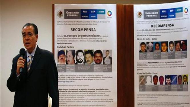 Pejabat Kejaksaan Agung Meksiko memperlihatkan daftar gembong narkoba