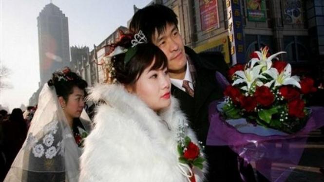 Sepasang pengantin di kota Harbin, China