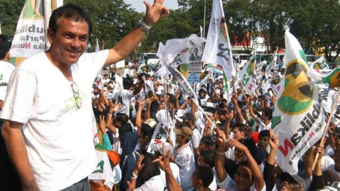 Franky Sahilatua menghibur massa kampanye partai Republikan