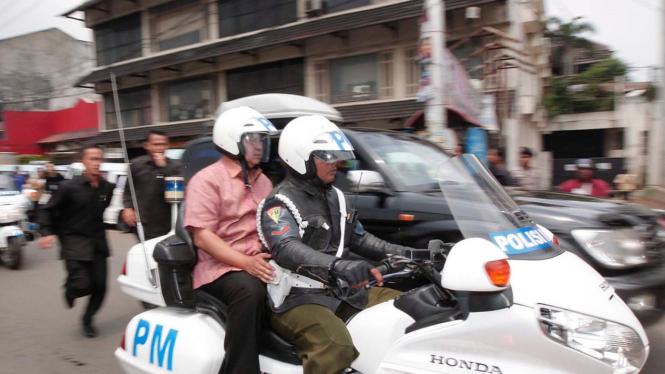 Presiden Yudhoyono naik motor menuju Situ Gintung