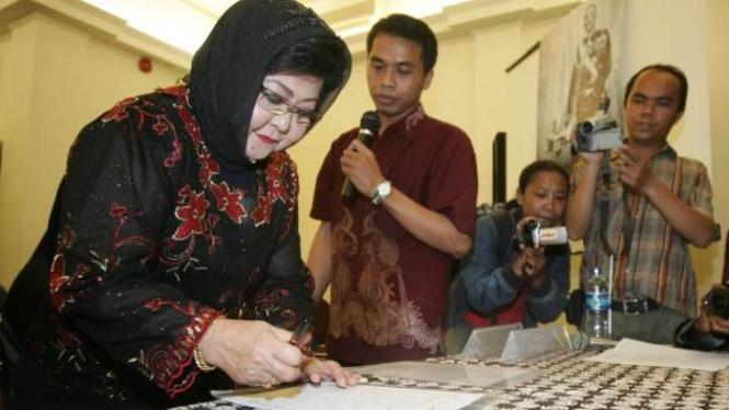 Penyanyi Keroncong Waldjinah menandatangani deklarasi Hari Penyiaran Nasional