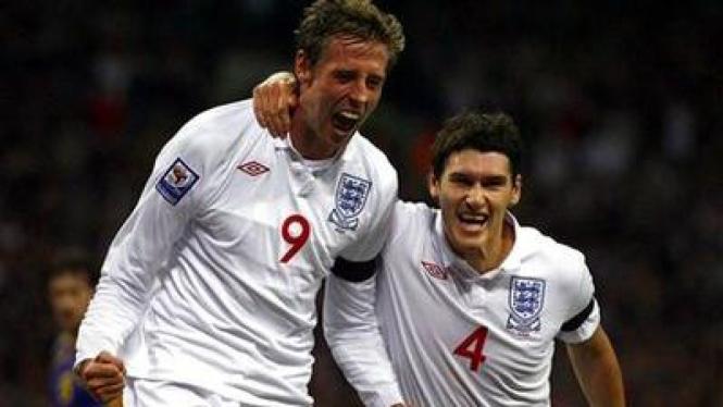 Peter Crouch (kiri) merayakan golnya dengan Gareth Barry
