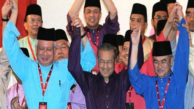 Mahathir Mohamad (tengah) bersama Najib Razak dan Abdullah Badawi