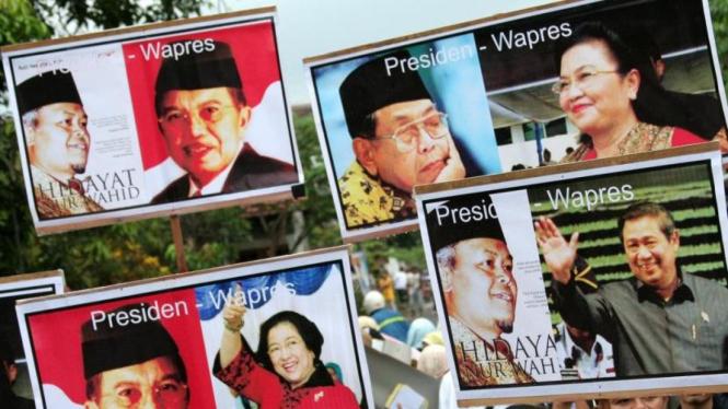Massa PKS bawa poster calon-calon duet di Pemilihan Presiden 2009