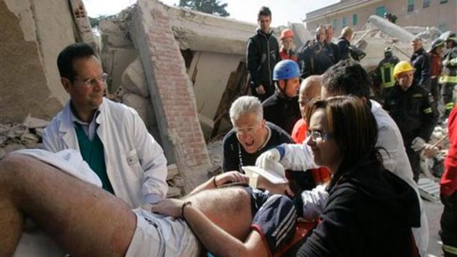 Seorang korban gempa di kota L'Aquila, Italia, diselamatkan dari reruntuhan