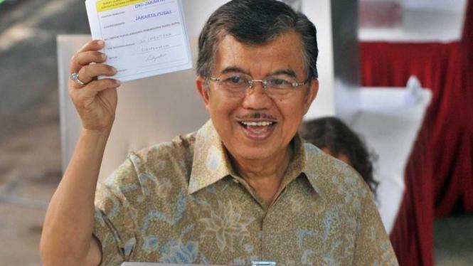 Jusuf Kalla memberikan hak suara di TPS 20 Menteng