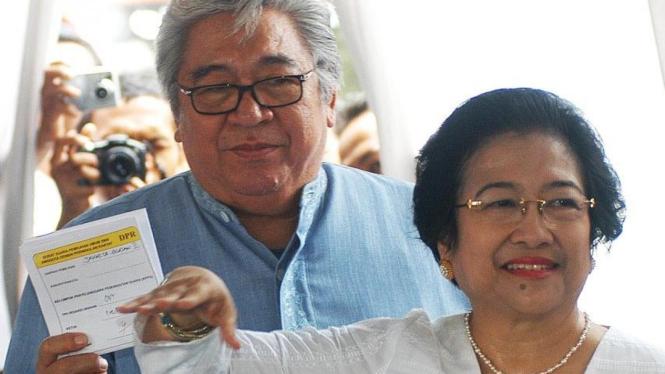 Megawati & Taufiq Kiemas memasukkan surat suara Pemilu 2009