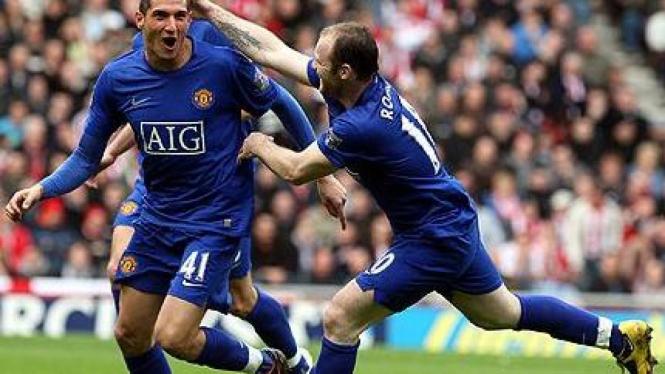 Federico Macheda (kiri) & Wayne Rooney