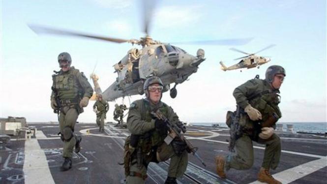 Pasukan khusus Navy Seal bersiaga di atas kapal USS Oscar Austin