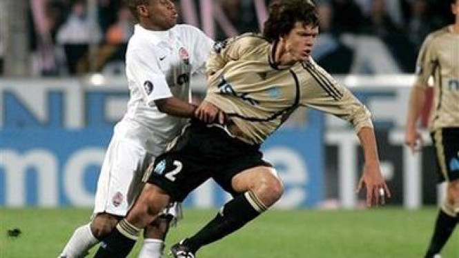 Pemain Shakhtar Donetsk Luiz Adriano (kiri) menghadang Renato Civelli