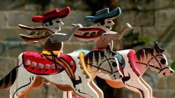 Kuda-kudaan, mainan tradisional anak-anak.