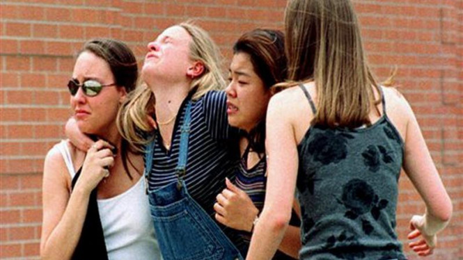 Siswi SMA Columbine di Littleton, Colorado, dievakuasi saat penembakan
