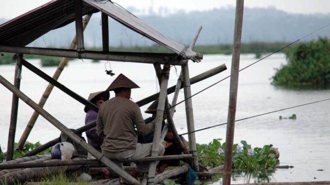 Memancing di Rawa Pening, desa Rawaboni, Banyubiru, Salatiga