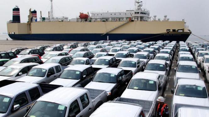 Antrean mobil yang siap untuk di ekspor di Terminal Ekspor Impor Mobil, Jakarta.