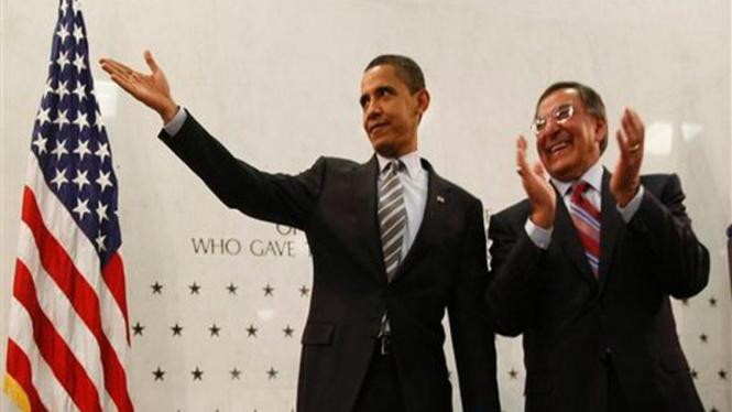 Barack Obama bersama dengan Direktur CIA,  Leon Panetta