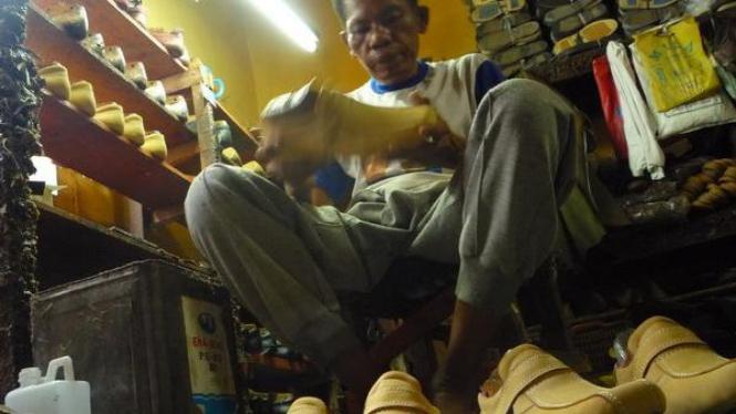 Nuar (48), membuat sepatu di Koperasi Industri dan Kerajinan Sepatu, Medan.