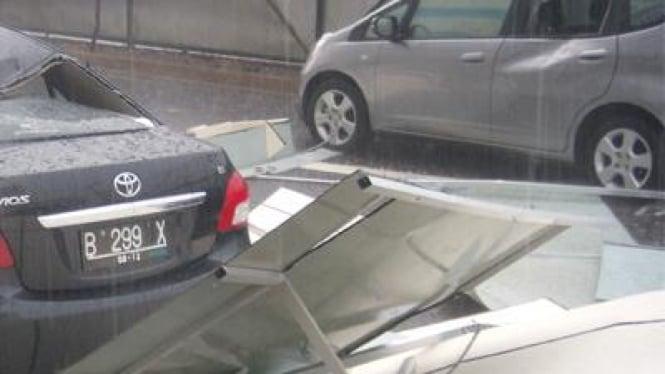 Mobil tertimpa benda yang dihempaskan angin puting beliung