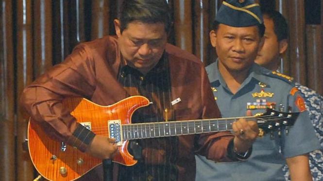 Susilo Bambang Yudhoyono memainkan gitar