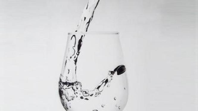 Gelas dituang air bening