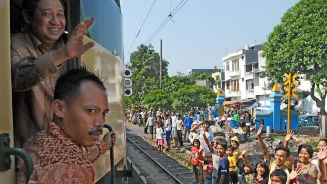 Presiden SBY menyapa warga dari atas kereta