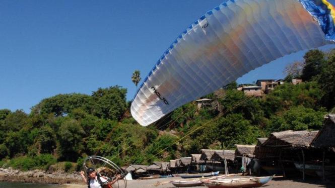 Wisatawan gunakan parasut terbang di Lamalera, NTT