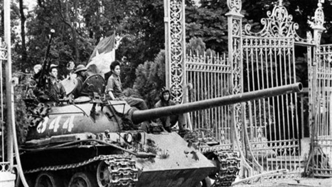Tank Vietcong menerobos Istana Presiden di Saigon, Vietnam